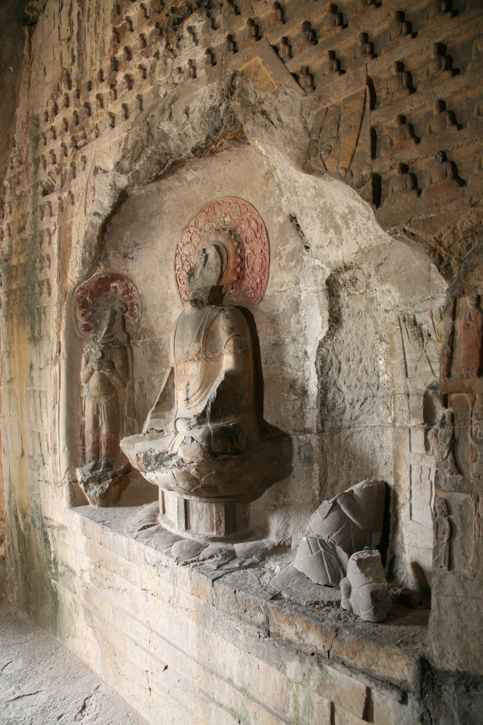 Shuiyusi niche on the left wall and small 'Thousand Buddhas'
